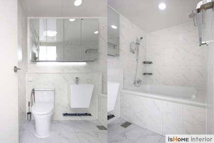 헤링본 마루가 매력적인 44평 송도아파트  : 이즈홈의  화장실
