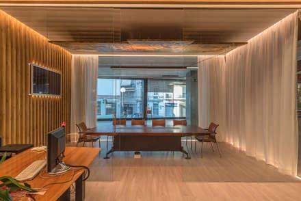 Espacio Central con las Cortinas Abiertas: Oficinas y Tiendas de estilo  de FPM Arquitectura