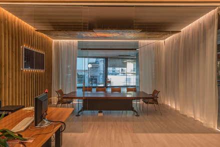 Cerrando las Cortinas: Oficinas y Tiendas de estilo  de FPM Arquitectura