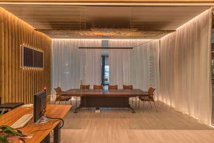 Delegación  de un grupo de Empresas en el Mercado Municipal de Sitges Barcelona: Oficinas y Tiendas de estilo  de FPM Arquitectura