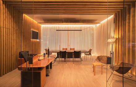 Sala desde Acceso: Oficinas y Tiendas de estilo  de FPM Arquitectura
