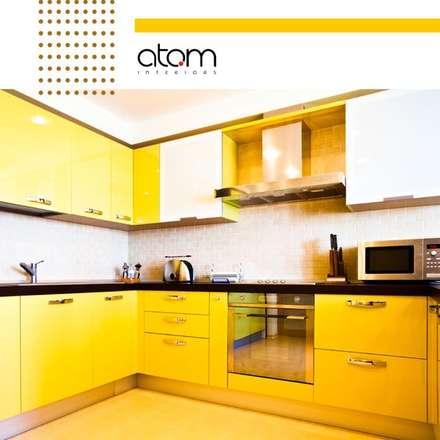 Armarios de cocinas de estilo  por Atom Interiors