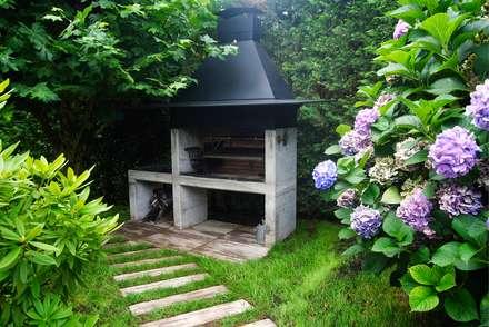 Barbacoa de jardín: Villas de estilo  de Odino Cerrajería Integral SL