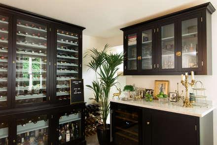 Bodegas de estilo  por deVOL Kitchens