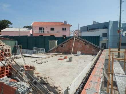 ENGIMULTI의  박공 지붕