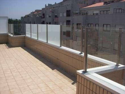 portões, guardas, pergulas...: Habitações multifamiliares  por Serralharia EMS Inox