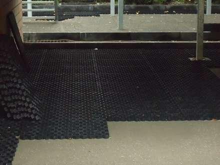 En medio de la instalación de los estabilizadores de grava EasyGravel®: Jardines con piedras de estilo  de AMAGARD ESPAÑA