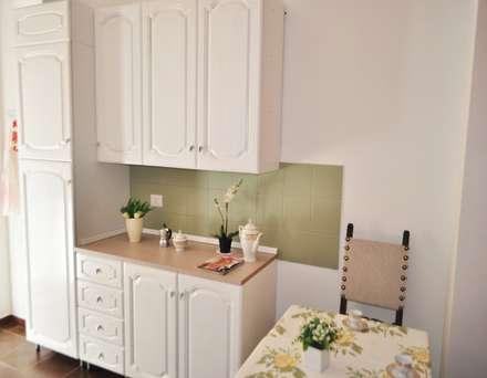 Cucina abitabile: Cucina attrezzata in stile  di COSTRUZIONI ROMA SRL
