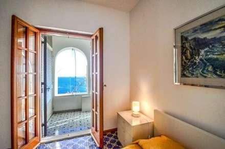 Camera da letto con vista: Camera da letto in stile in stile Mediterraneo di COSTRUZIONI ROMA SRL