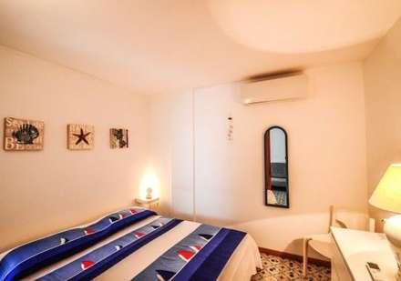 Camera da letto: Camera da letto in stile in stile Mediterraneo di COSTRUZIONI ROMA SRL