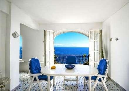 Sala da pranzo con vista mozzafiato: Sala da pranzo in stile in stile Mediterraneo di COSTRUZIONI ROMA SRL