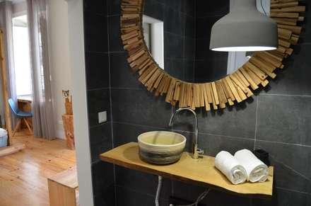 Casa de banho. quarto Mário Reis: Hotéis  por Natural Craft - Handmade Furniture