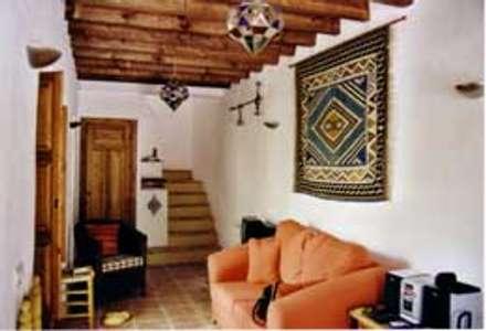 Escaleras y salón: Salones de estilo rural de Mirasur Proyectos S.L.