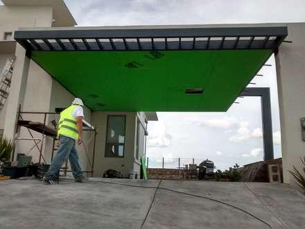 Garajes abiertos de estilo  de Constru-Acción