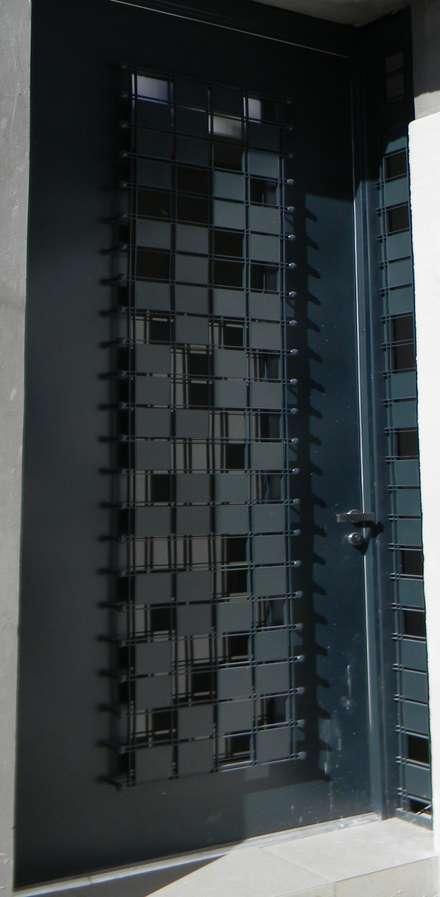 Front doors by Constru-Acción