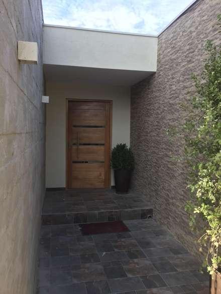 Remodelación y Ampliación Casa La Oración 162: Puertas de madera de estilo  por Arqsol