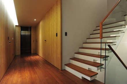 建築設計+室內設計 白居31 LC House:  走廊 & 玄關 by 黃耀德建築師事務所  Adermark Design Studio