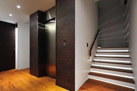 建築設計+室內設計 瑞芳居 HL House:  樓梯 by 黃耀德建築師事務所  Adermark Design Studio