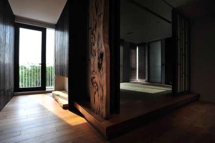 建築設計+室內設計 瑞芳居 HL House:  走廊 & 玄關 by 黃耀德建築師事務所  Adermark Design Studio