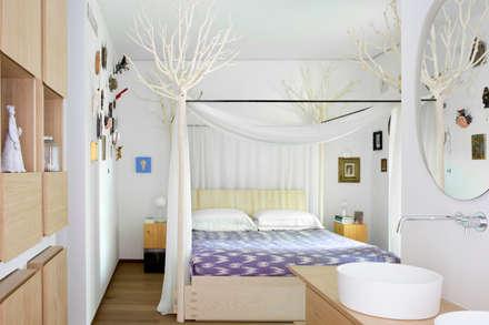 CASA VF: Camera da letto in stile in stile Eclettico di Moretti MORE