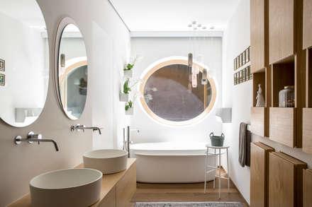 CASA VF: Bagno in stile in stile Eclettico di Moretti MORE