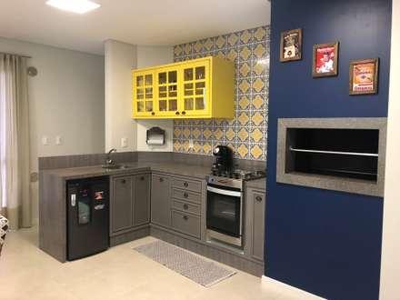 Armários de cozinha  por Escritorio de Arquitetura Karina Garcia