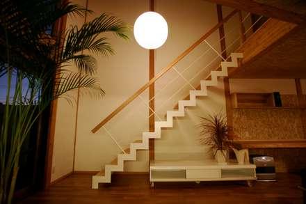 Escaleras de estilo  de 株式会社高野設計工房