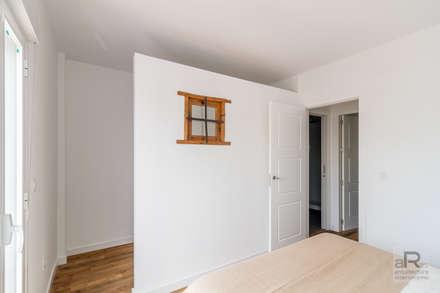Reforma de vivienda en Sevilla: Vestidores de estilo moderno de Ares Arquitectura Interiorismo