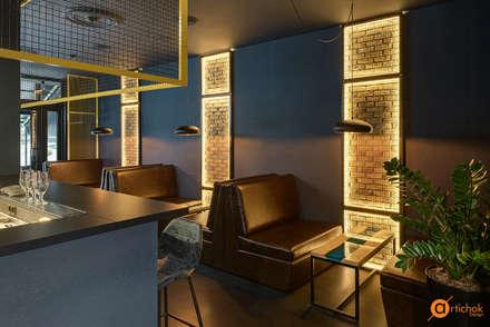Подсветка не только разделяет помещение на зоны, но и играет роль декора: Бары и клубы в . Автор – Art-i-Chok