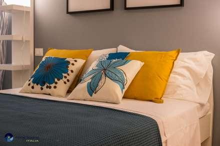 Senza emozioni la vita è solo un orologio che fa TIC TAC ...: Camera da letto in stile in stile Eclettico di Angela Paniccia Home Staging& Redesigner  - Consulente d'immagine immobiliare