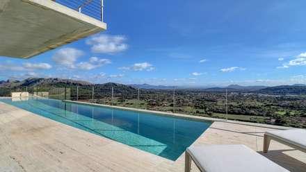 Rock Villa: Piscinas infinitas de estilo  de Pollentia Rentals