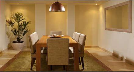 Comedor con mesa de madera y sillas tapizadas: Comedores de estilo tropical de AVANTUM
