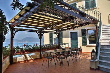 Casa L+G: A un passo dal mare: Terrazza in stile  di Architetto Francesco Franchini