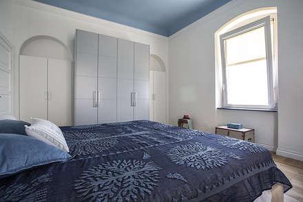 Casa L+G: A un passo dal mare: Camera da letto in stile in stile Eclettico di Architetto Francesco Franchini