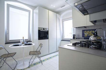 Casa L+G: A un passo dal mare: Cucina in stile in stile Eclettico di Architetto Francesco Franchini
