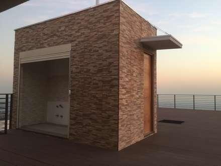 Quincho con baño sobre terraza con abalconamiento: Terrazas  de estilo  por Arqsol