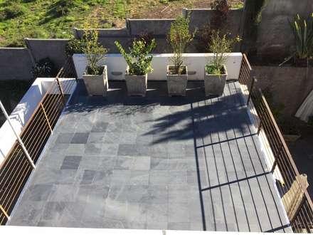 Terraza con jardinera: Terrazas  de estilo  por Arqsol