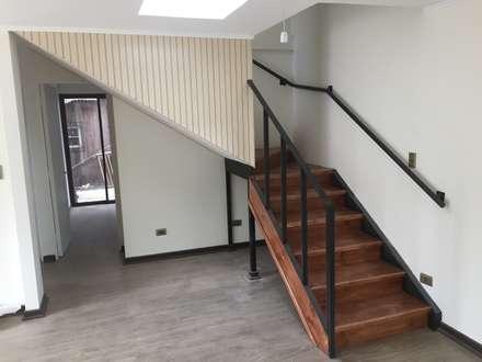 la escalera para ir al segundo piso, : Escaleras de estilo  por Arqsol