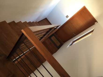 Escalera para acceder al tercer nivel: Escaleras de estilo  por Arqsol