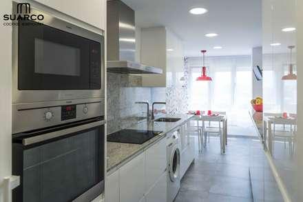 Cocina Blanca  con encimera de granito warwick: Módulos de cocina de estilo  de Suarco