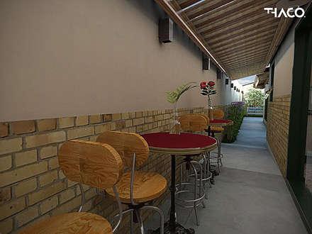 Corredores e halls de entrada  por THACO. Arquitetura e Ambientes