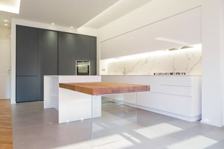 Cozinhas embutidas  por Abitacolo Interni