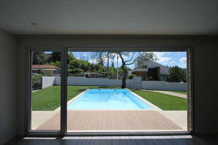 Moradia em Recarei: Piscinas de jardim  por SOUSA LOPES, arquitectos