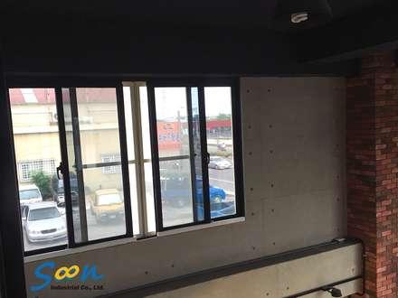 除了有電動開窗的功能外,也能從內而外加強第二道防盜機制,當卡榫鎖上溝槽後,外人無法任意從外部將窗戶打開:  辦公室&店面 by Soon Industrial Co., Ltd.