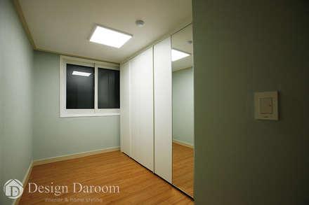 워커힐 아파트 56py 드레스룸: Design Daroom 디자인다룸의  드레스 룸