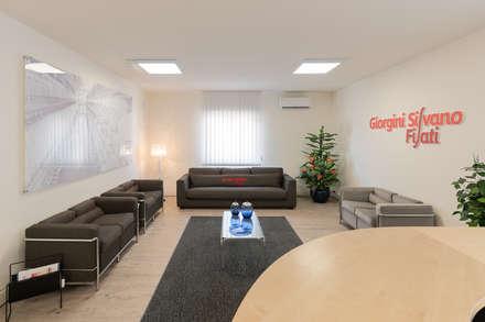 Headquarter GIORGINI SILVANO FILATI: Ingresso & Corridoio in stile  di B+P architetti