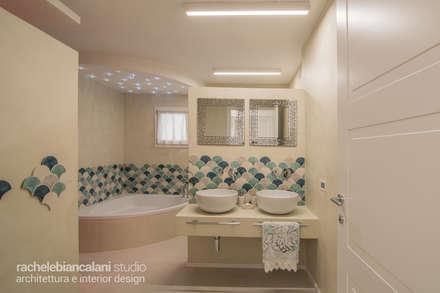 LUXURY CONTEMPORARY VILLA: Bagno in stile in stile Mediterraneo di Rachele Biancalani Studio