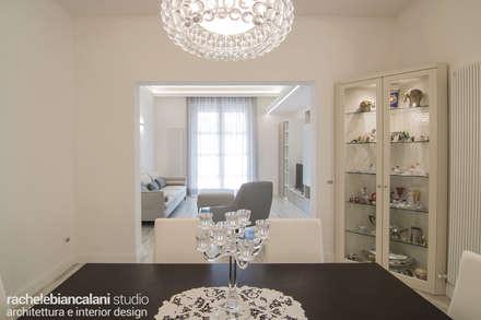 LUXURY CONTEMPORARY VILLA: Sala da pranzo in stile in stile Eclettico di Rachele Biancalani Studio