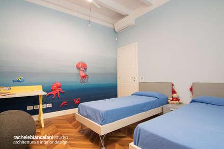 LUXURY CONTEMPORARY VILLA: Camera da letto in stile in stile Mediterraneo di Rachele Biancalani Studio