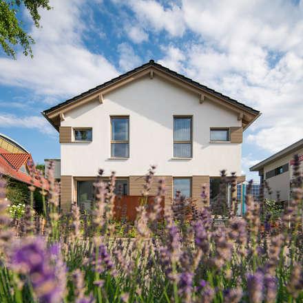 MEDLEY 3.0 - Das Einfamilienhaus mit der Wechselfassade aus weißem Putz und grauer Holzverschalung:  Fertighaus von FingerHaus GmbH